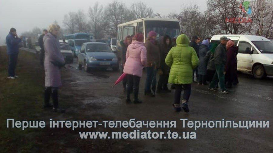 На Тернопільщині люди перекрили дорогу, бо до їх села не їде жоден автобус (фото), фото-7