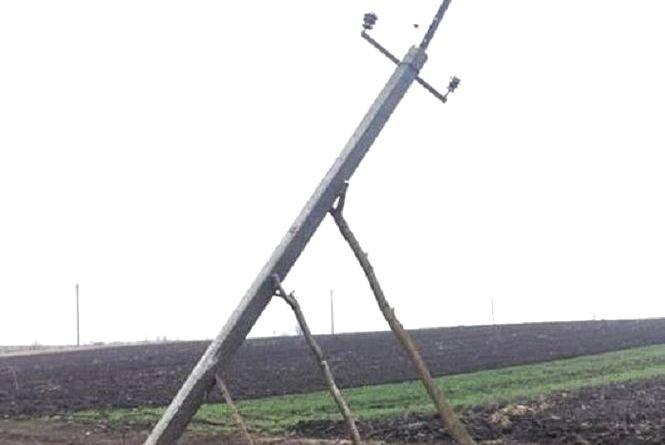 """Поблизу одного із сіл на Тернопільщині опори електролінії """"полагодили"""" нетраиційними методами: підперли стовпа трьома патиками (ФОТАФАКТ), фото-1"""