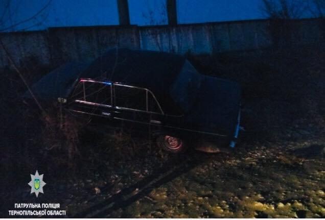 У Тернополі сталася ДТП: водій автомобіля ВАЗ - 21061 здійснив наїзд на бетонну огорожу (ФОТО), фото-1