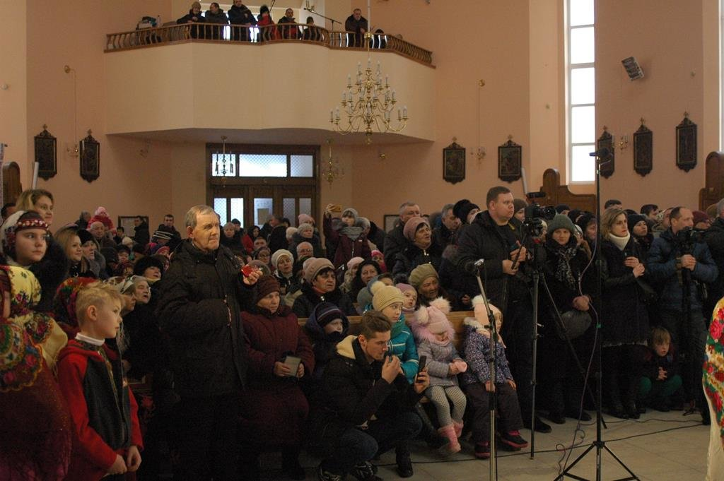 Тернополяни йдуть цілими родинами до різдвяної шопки рекордної величини (фото), фото-6
