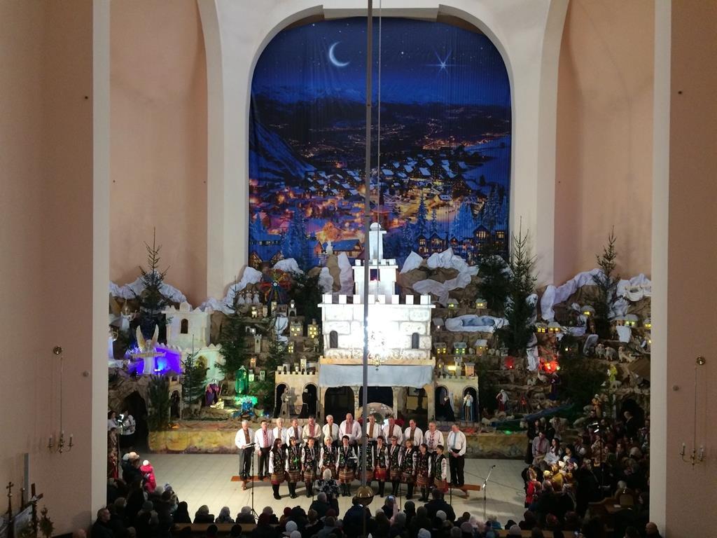 Тернополяни йдуть цілими родинами до різдвяної шопки рекордної величини (фото), фото-2