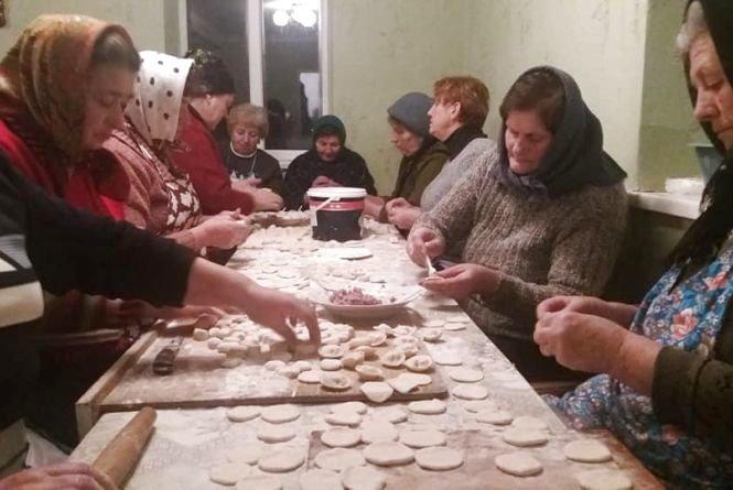 Священик і парафіяни з Тернопільщини наліпили 5 тисяч пельменів на передову (ФОТО), фото-1