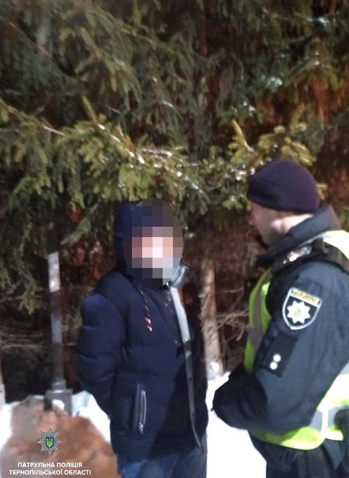 У Тернополі патрульні біля нічного клубу затримали хулігана з кастетом (фото), фото-1