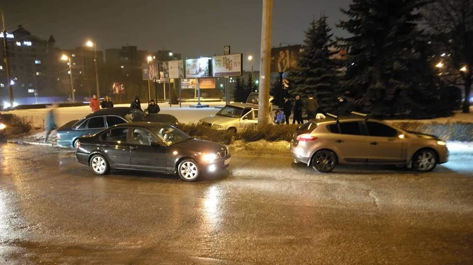 У Тернополі на БАМівському кільці аварія, від сильного удару автівки порозносило в різні сторони (ФОТО), фото-1