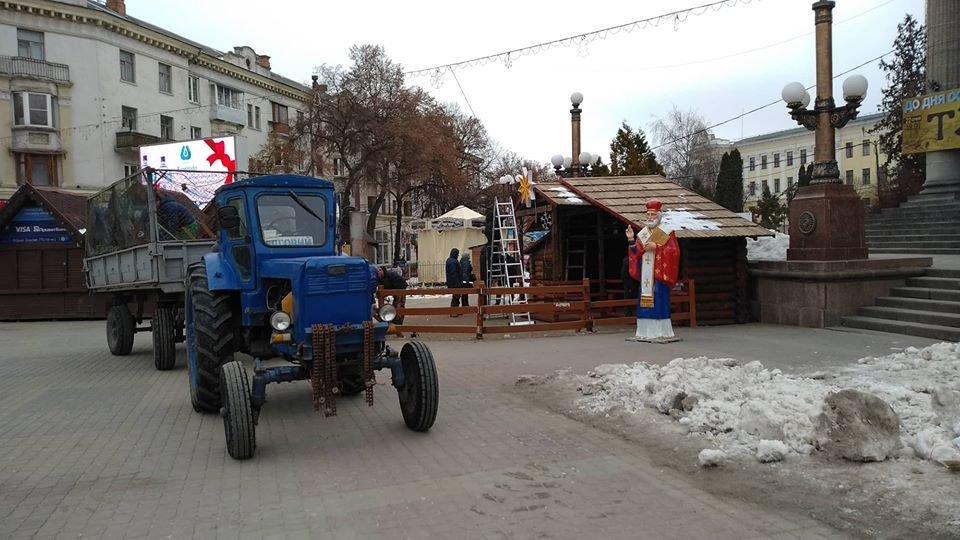 Свята закінчилися: на головній площі Тернополя демонтовують шопку (фотофакт), фото-2