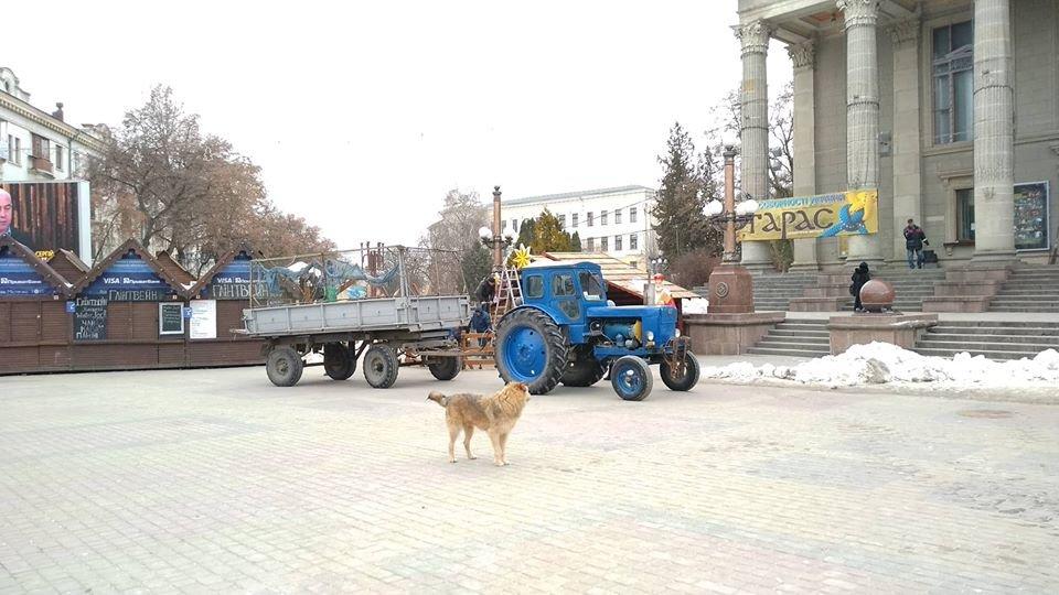 Свята закінчилися: на головній площі Тернополя демонтовують шопку (фотофакт), фото-1