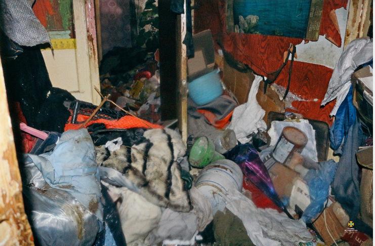 """""""Відчуваємо страшенний сморід"""": тернополяни скаржаться на сусідку, яка перетворила квартиру на смітник і влаштувала пожежу (ФОТО), фото-3"""