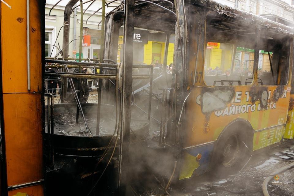 Рятувальники повідомили ймовірну причину пожежі в тролейбусі (Фото), фото-1
