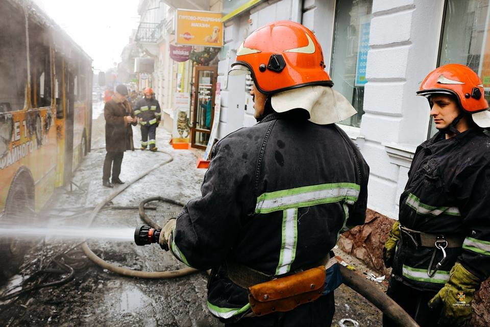 Рятувальники повідомили ймовірну причину пожежі в тролейбусі (Фото), фото-2
