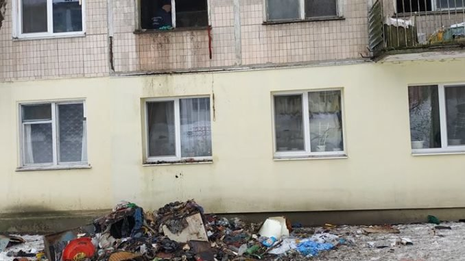 """""""Відчуваємо страшенний сморід"""": тернополяни скаржаться на сусідку, яка перетворила квартиру на смітник і влаштувала пожежу (ФОТО), фото-1"""