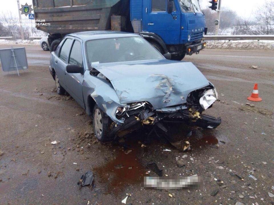 У Тернополі на об'їзній аварія, пасажирку Фольксвагена забрала швидка допомога (ФОТО), фото-1