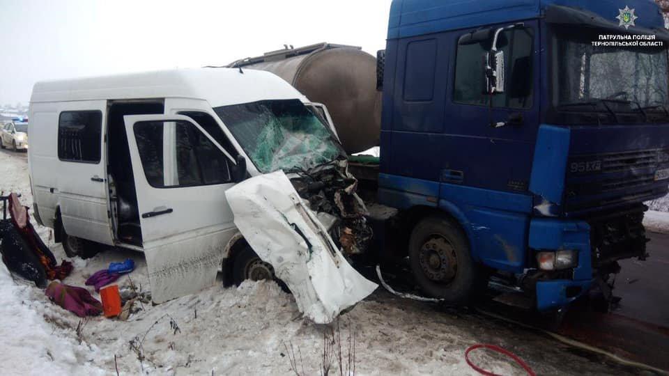 На Тернопільщині від зіткнення з DAF кабіну буса зім'яло, водій помер на місці (ФОТО), фото-1