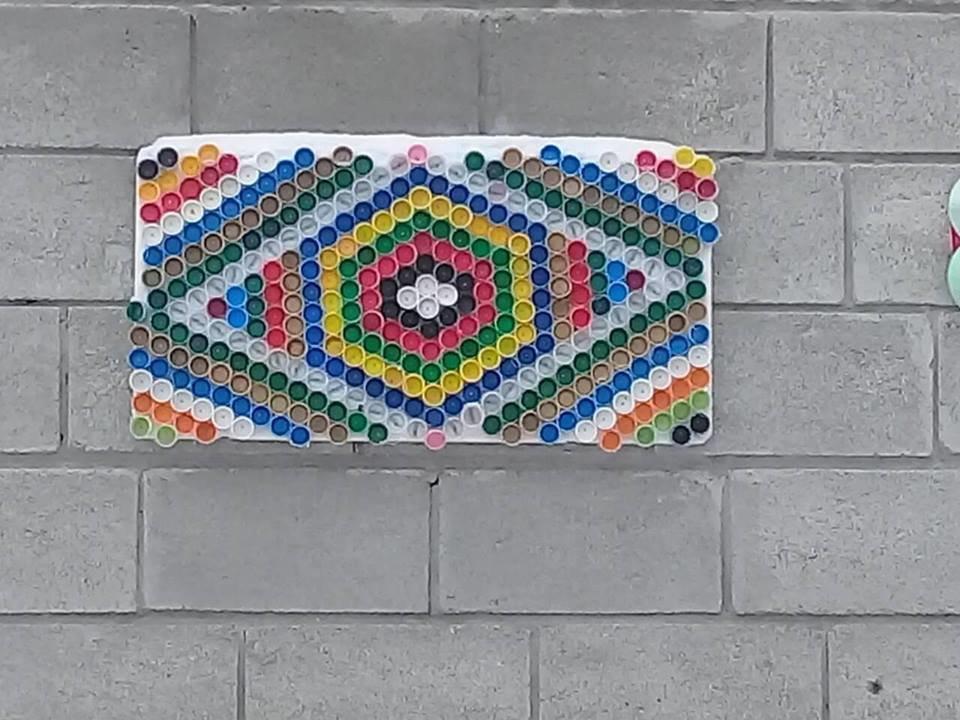 На Тернопільщині за допомогою різнокольорових пластикових корків діти оздоблюють фасади унікальними візерунками (ФОТО), фото-1
