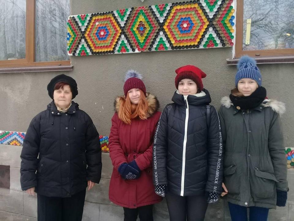 На Тернопільщині за допомогою різнокольорових пластикових корків діти оздоблюють фасади унікальними візерунками (ФОТО), фото-4