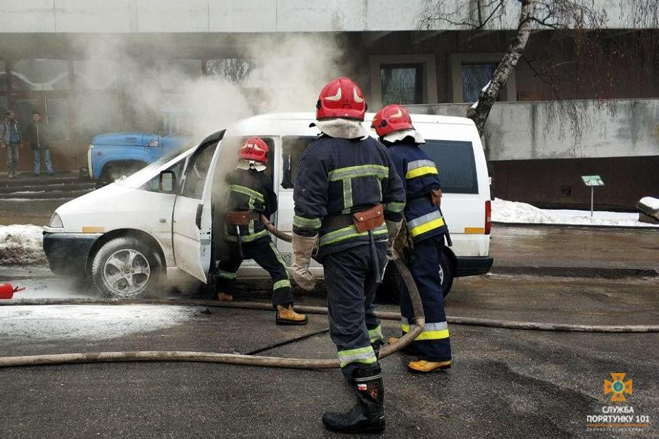 В Тернополі біля музею горіло авто (Фото), фото-2