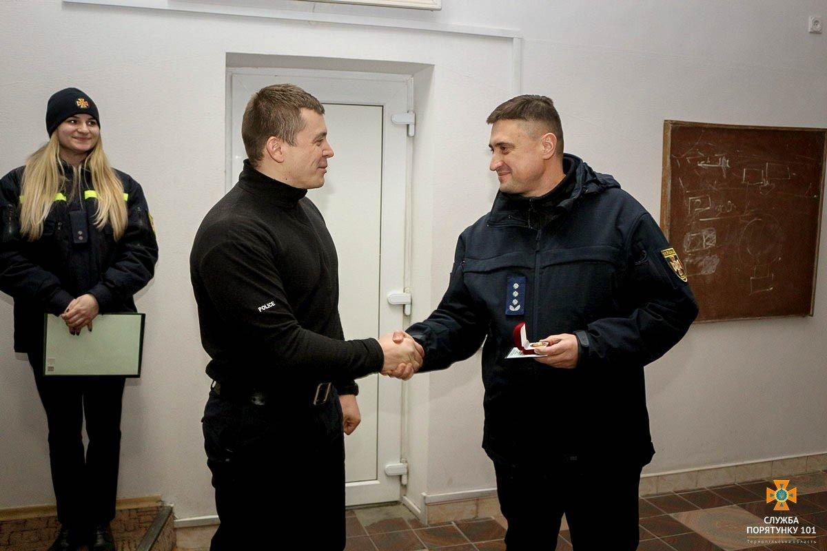 У Тернополі нагородили патрульного, який врятував життя дитини (ФОТО), фото-2