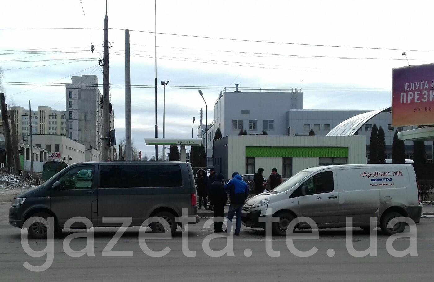 У Тернополі мікроавтобуси не поділили дорогу (фото), фото-1