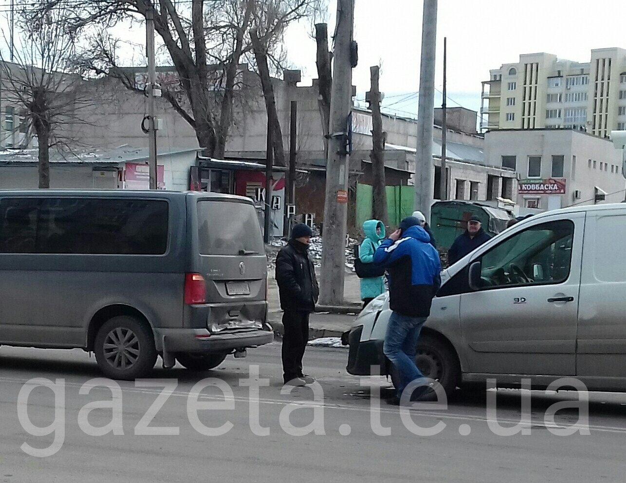 У Тернополі мікроавтобуси не поділили дорогу (фото), фото-2