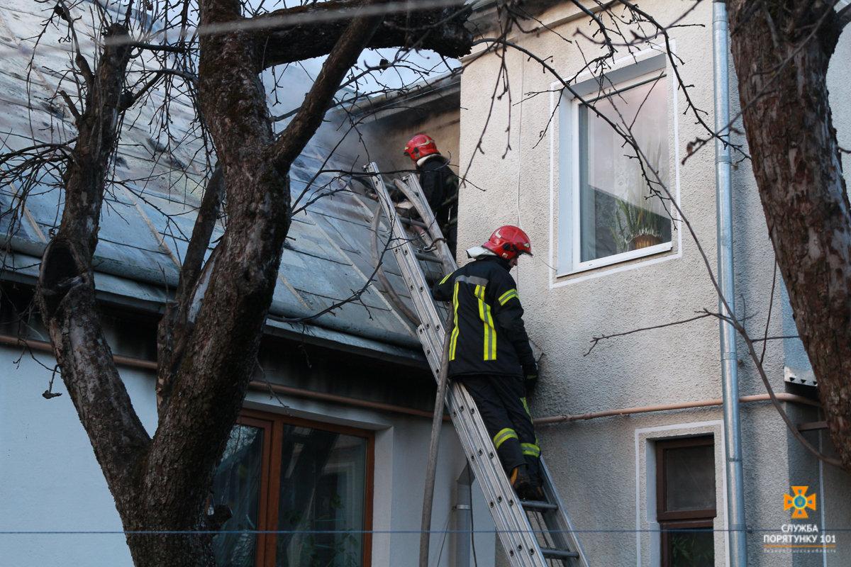 Пожежу житлового будинку на Галицькій гасили майже три години аж 20 рятувальників (Фото), фото-2