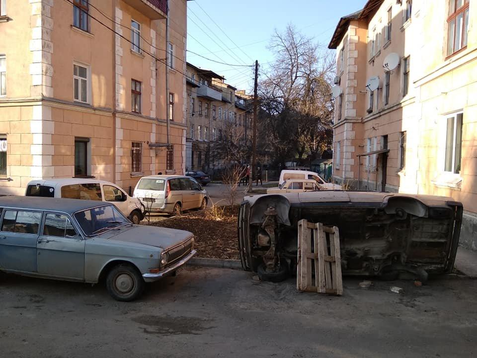 """""""Для біди багато не треба..."""": у центрі Тернополя помітили поставлене """"на ребро"""" аварійне авто (ФОТО), фото-2"""