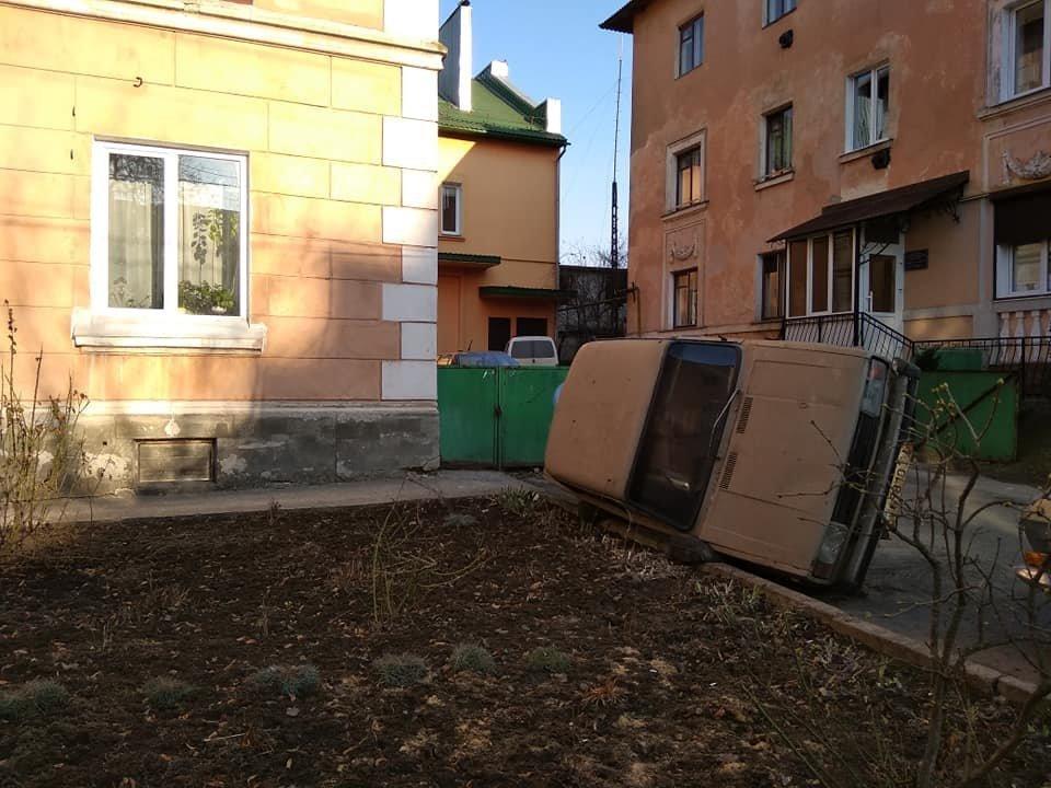 """""""Для біди багато не треба..."""": у центрі Тернополя помітили поставлене """"на ребро"""" аварійне авто (ФОТО), фото-3"""