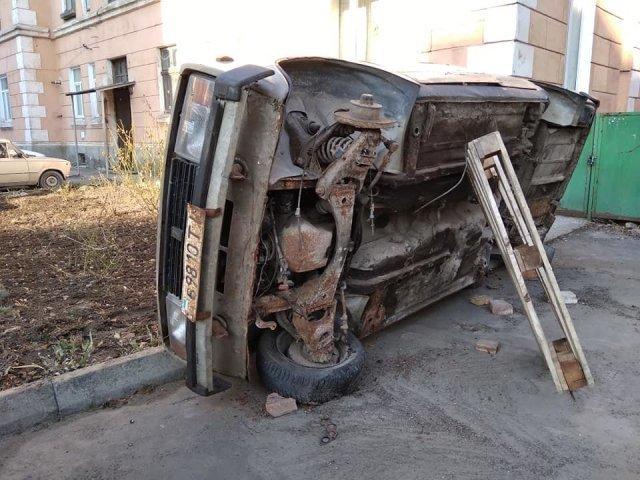 """""""Для біди багато не треба..."""": у центрі Тернополя помітили поставлене """"на ребро"""" аварійне авто (ФОТО), фото-1"""