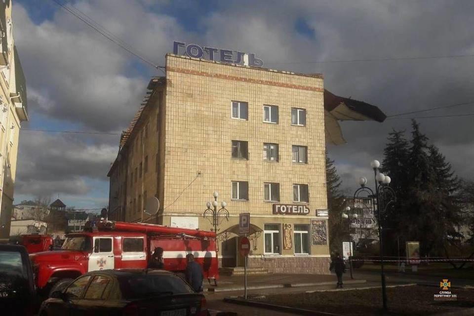 На Тернопільщині  шквальний вітер зірвав покрівлю у 500 кв. м (ФОТОФАКТ), фото-1