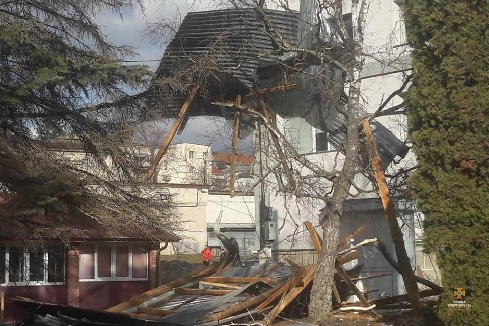 На Тернопільщині  шквальний вітер зірвав покрівлю у 500 кв. м (ФОТОФАКТ), фото-4