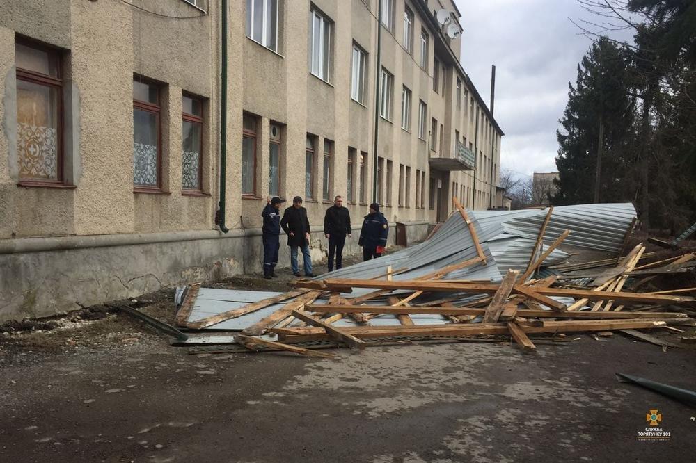 Пильнуймося: на Тернопільщині сильний вітер здирає дахи з будівель, пошкоджено купол храму (Фото), фото-1