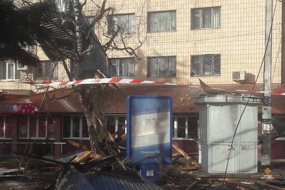 Пильнуймося: на Тернопільщині сильний вітер здирає дахи з будівель, пошкоджено купол храму (Фото), фото-4
