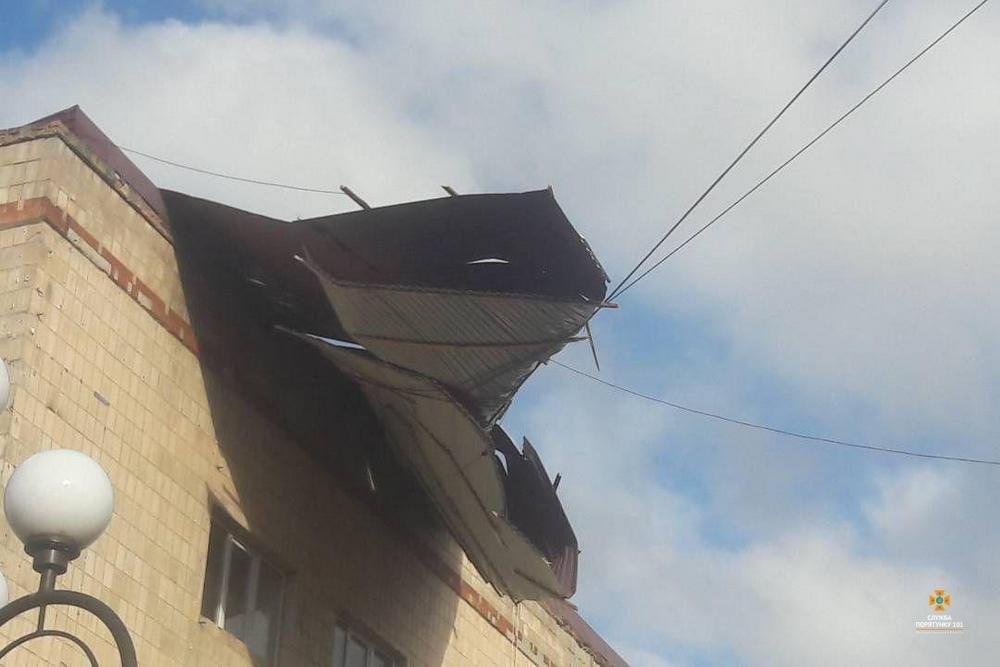 Пильнуймося: на Тернопільщині сильний вітер здирає дахи з будівель, пошкоджено купол храму (Фото), фото-5