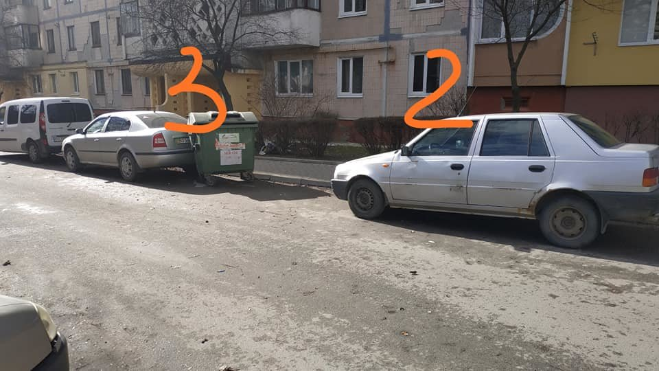 У Тернополі невдало розміщені сміттєві контейнери побили три автомобілі (ФОТОФАКТ), фото-3