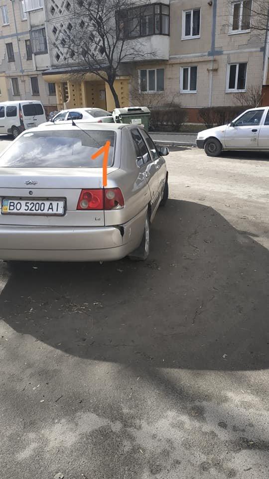 У Тернополі невдало розміщені сміттєві контейнери побили три автомобілі (ФОТОФАКТ), фото-2