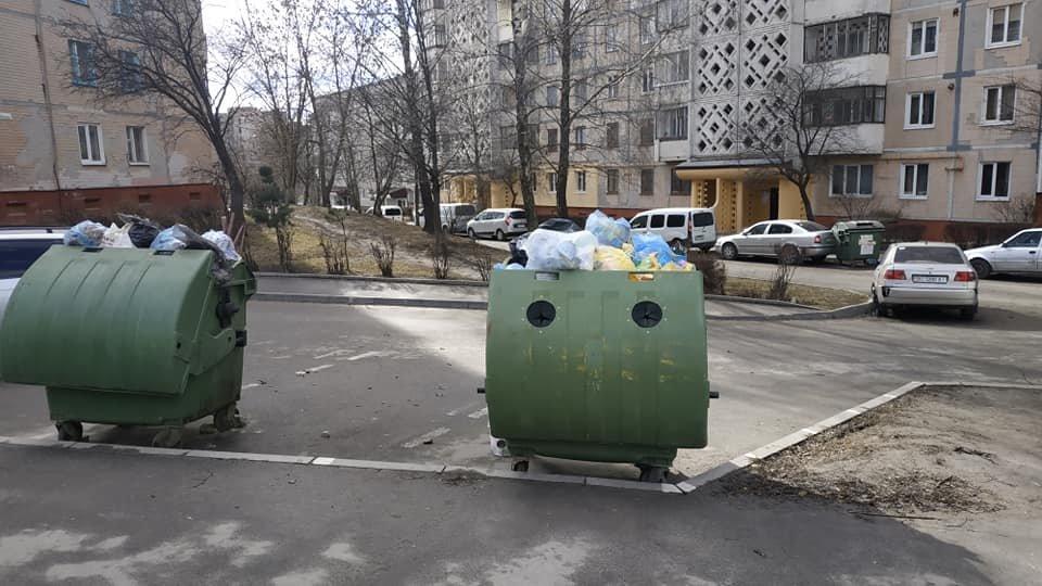У Тернополі невдало розміщені сміттєві контейнери побили три автомобілі (ФОТОФАКТ), фото-1