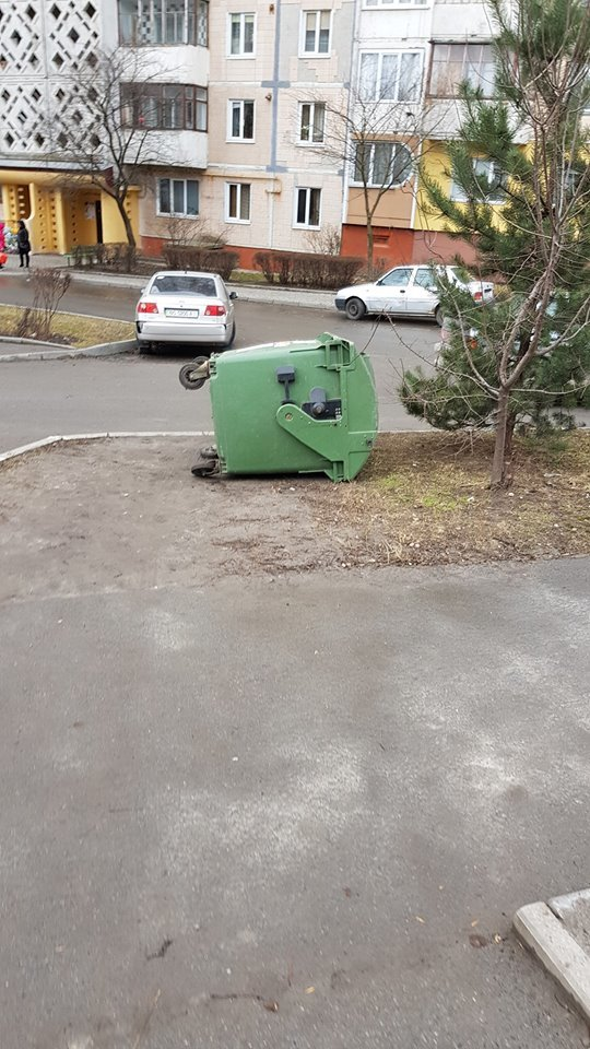 У Тернополі невдало розміщені сміттєві контейнери побили три автомобілі (ФОТОФАКТ), фото-4