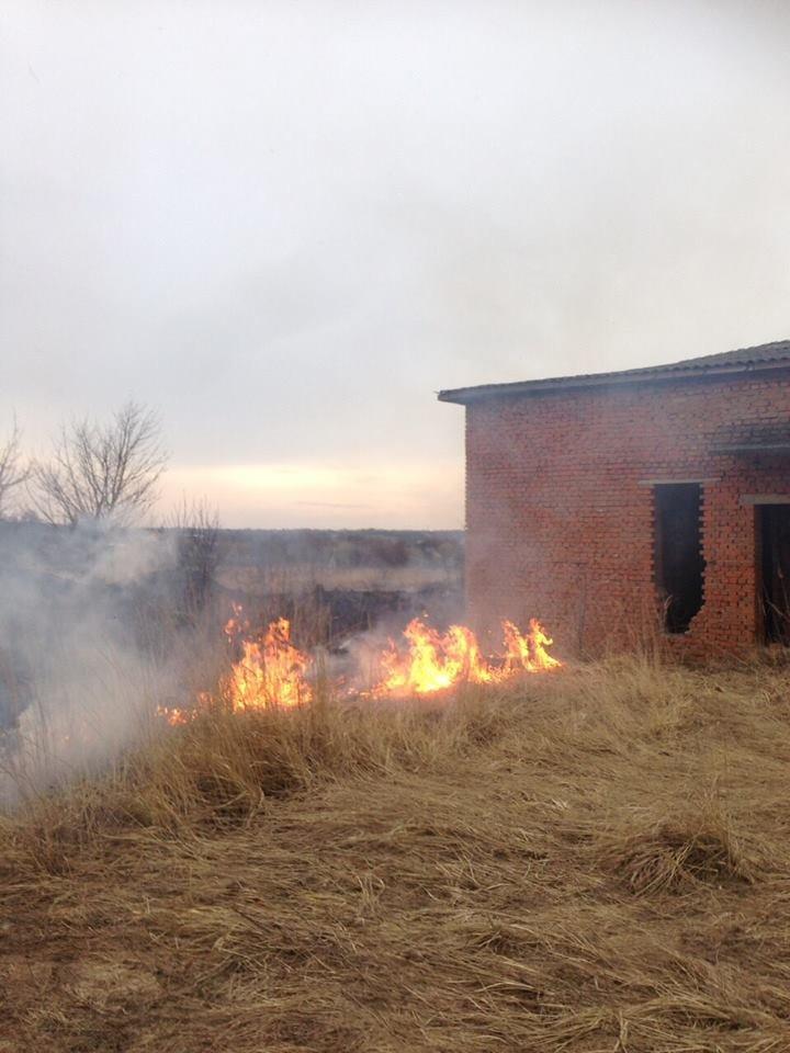 На Тернопільщині через підпал трави ледь не згоріла недобудована лікарня (Фото), фото-1