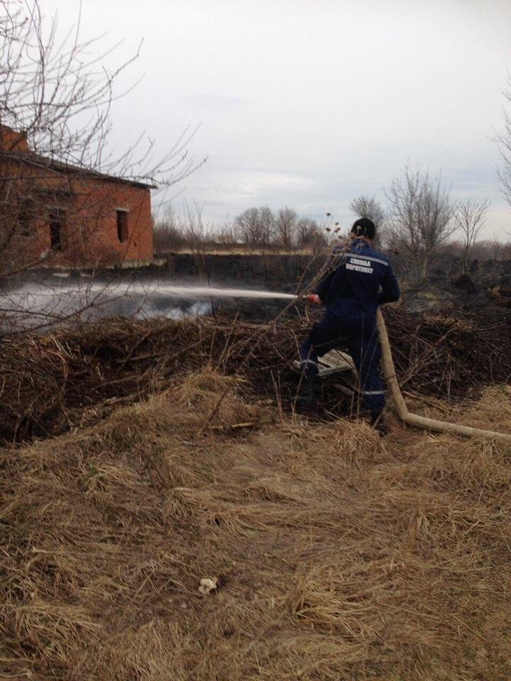 На Тернопільщині через підпал трави ледь не згоріла недобудована лікарня (Фото), фото-2