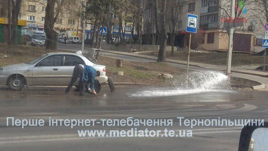В Тернополі прорвало водогін: винахідливі водії миють там свої авто (Фотофакт), фото-1