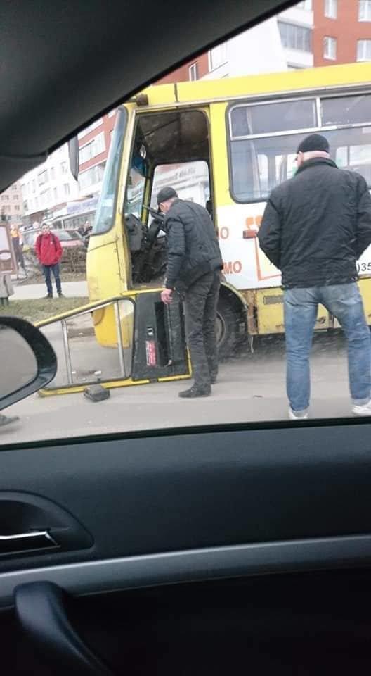 """""""Відпало, ну і шо..."""": у Тернополі помічено маршрутку, яка розвалюється на ходу  (ФОТО), фото-1"""