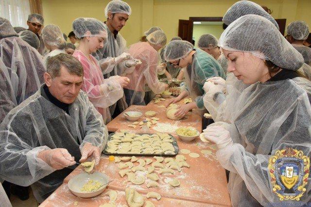 40 відер вареників приготував колектив тернопільського університету для українських військових (ФОТО), фото-2