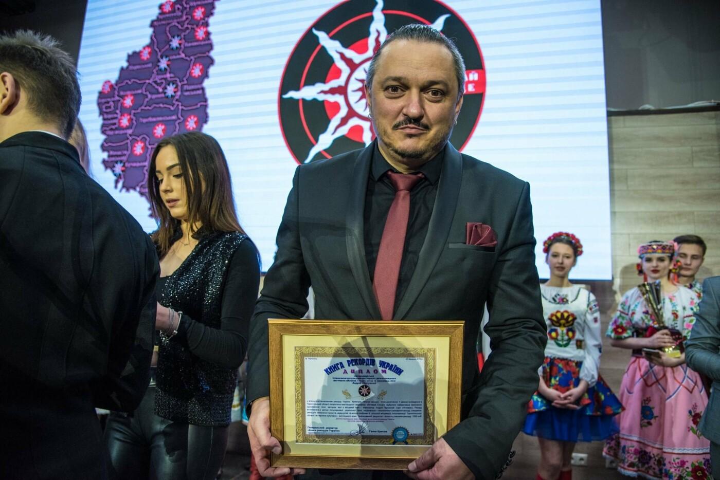 """На Тернопільщині встановили рекорд: наймасовіше виконання пісні """"Вставай Сонце"""" (Фото), фото-1"""
