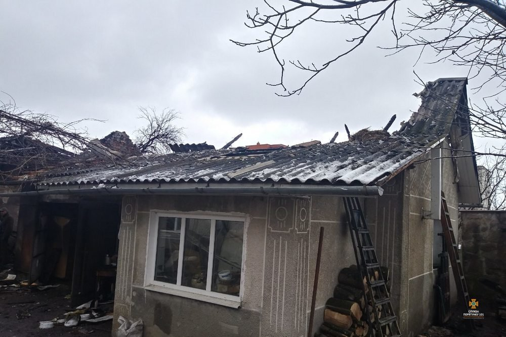 Неподалік Тернополя вогонь знищив гараж з автомобілем та технікою (фото), фото-2