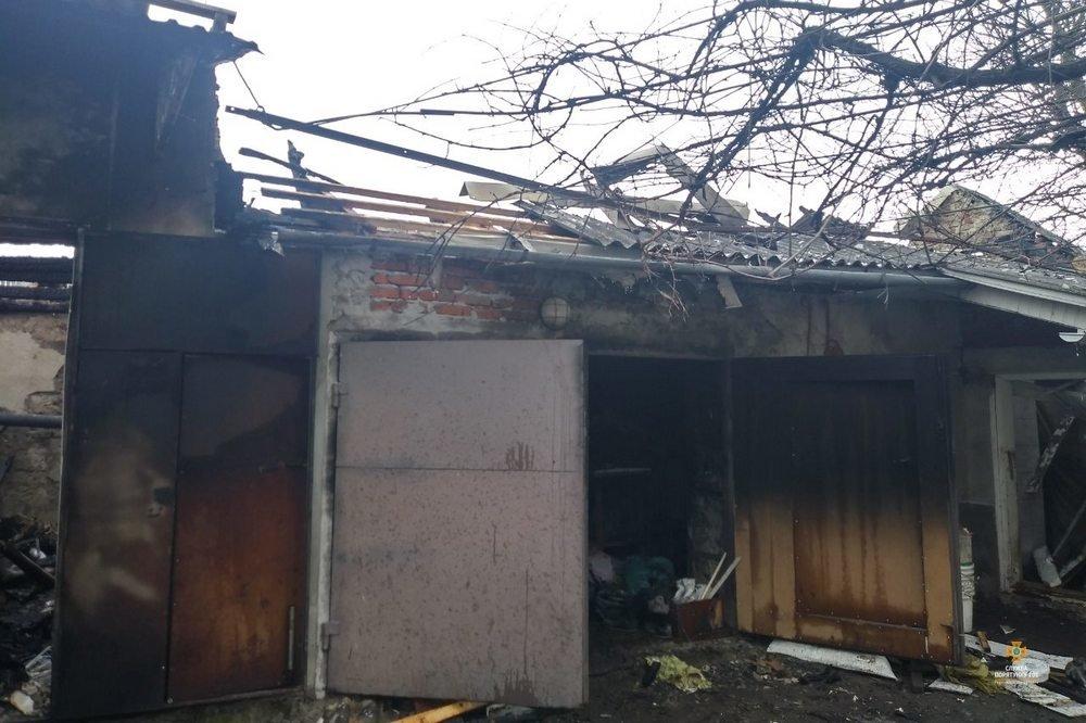 Неподалік Тернополя вогонь знищив гараж з автомобілем та технікою (фото), фото-3
