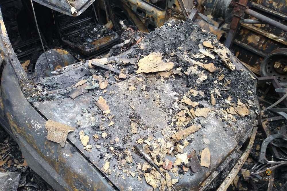 Неподалік Тернополя вогонь знищив гараж з автомобілем та технікою (фото), фото-1