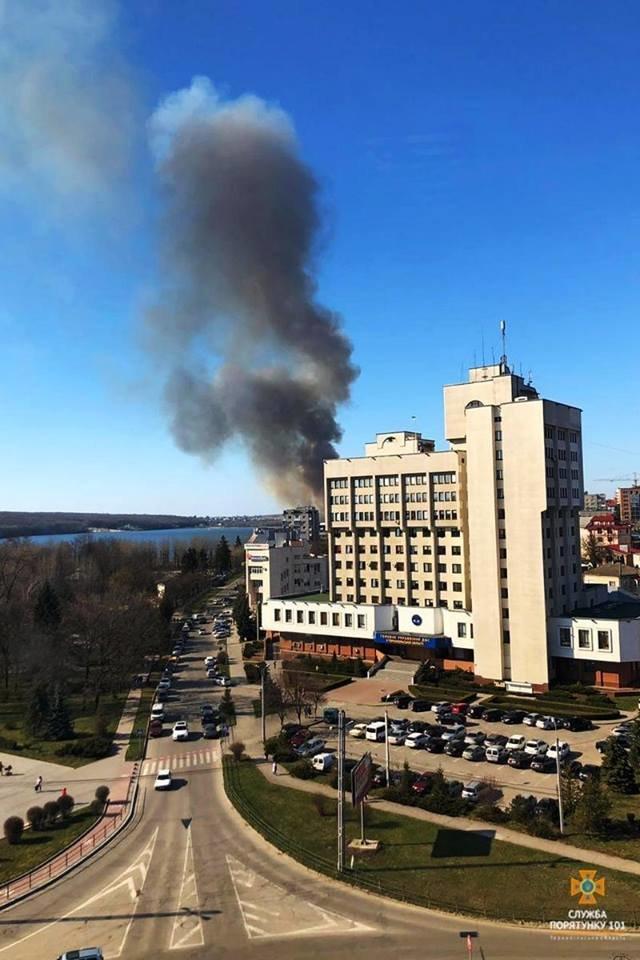 Вогонь був на кілька метрів у висоту: за Тернопільським ставом невідомі випалили 2 га трави (Фото), фото-1
