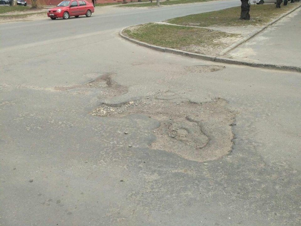 """Тернополянин самотужки засипав ями на дорозі, а йому тепер за це """"вангують"""" штраф (Фото), фото-1"""