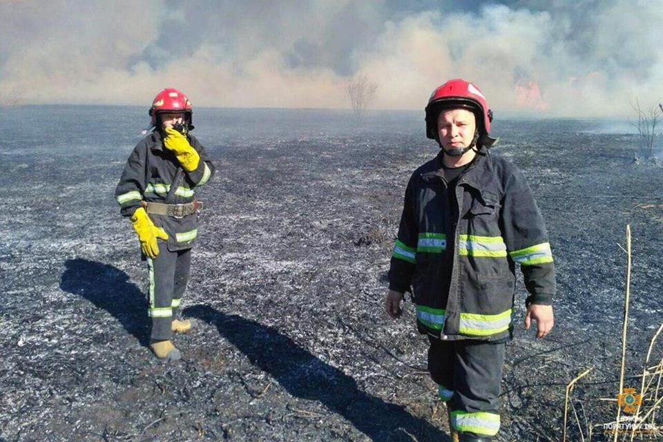 Вогонь був на кілька метрів у висоту: за Тернопільським ставом невідомі випалили 2 га трави (Фото), фото-6