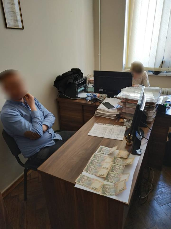 """Начальника відділу однієї з міськрад Тернопільщини """"попалили"""" на хабарі (Фото), фото-1"""
