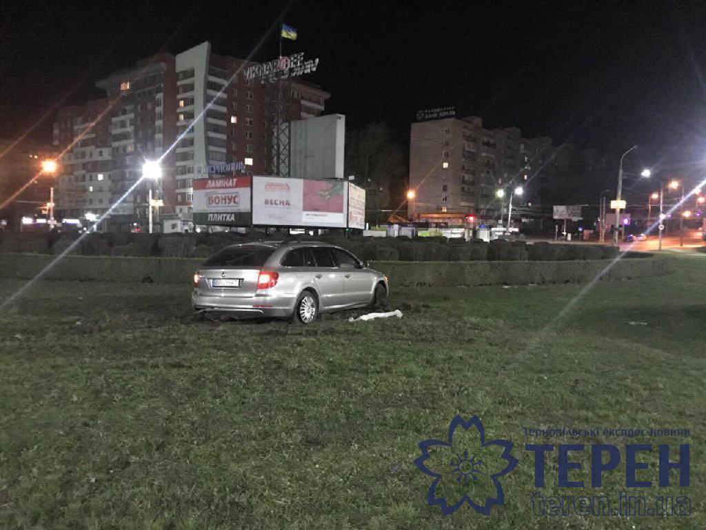 У Тернополі водій в'їхав у Збаразьке кільце (фото), фото-3