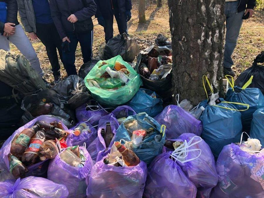 Понад 30 пакетів сміття зібрали небайдужі тернополяни вздовж проспекту Злуки (ФОТО), фото-1